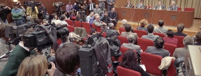 Bundesarchiv Bild 183-1989-1109-030, Berlin, Schabowski auf Pressekonferenz