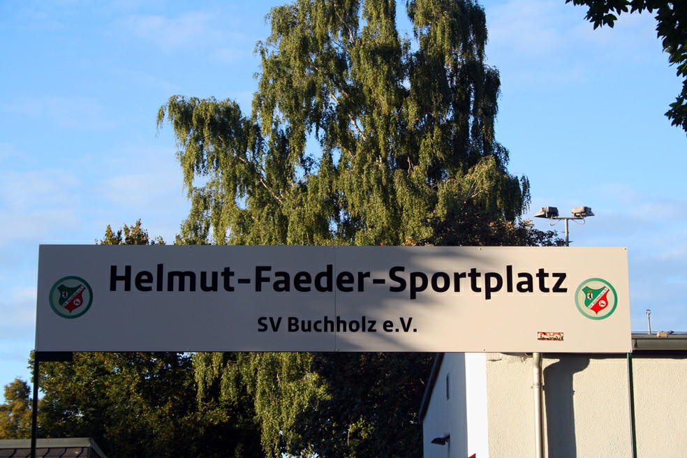 Eingangsschild Helmit-Faeder-Sportplatz