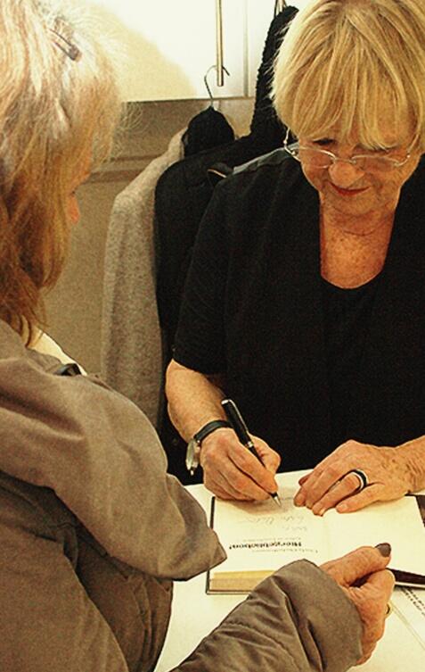 """""""Hiergeblieben"""" wird von Gisela Oechelhaeuser signiert"""