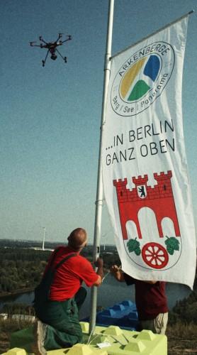 Die stolze Fahne weht um 16.30 Uhr. Eine Drohne hält den historischen Moment des Flagge-Hissens an diesem über 30° heißen 10. September 2016 fest.
