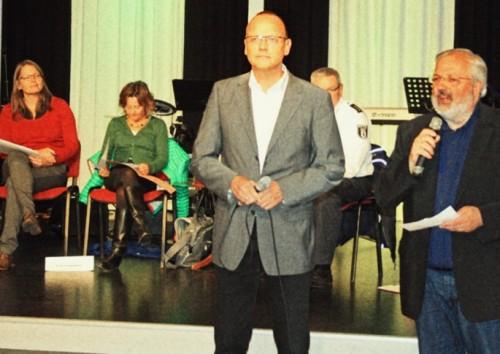 Peter Kressin (r.) und Jens Tangenberg eröffnen das Forum im Saal der Treffpunktgemeinde.