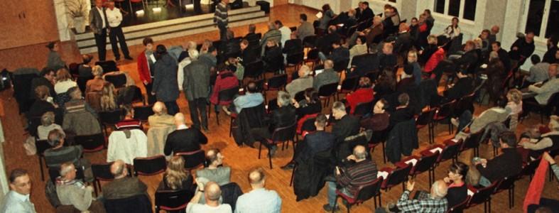 """Festsaal der Treffpunktgemeinde Besucher zum Thema """"Flüchtlinge und Tempohome""""."""