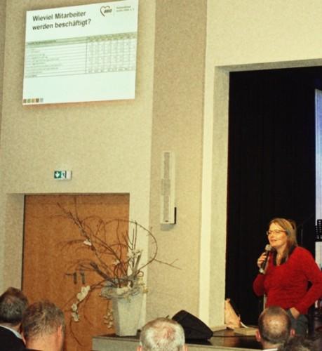 Frau Willuhn (leitet die Bucher Flüchtlingsunterkunft) gibt ausführliche Informationen zu allen Fragen.
