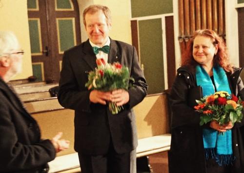 Dem Chorleiter und Chor werden Blumen durch den Pfarrer Martin König überreicht.
