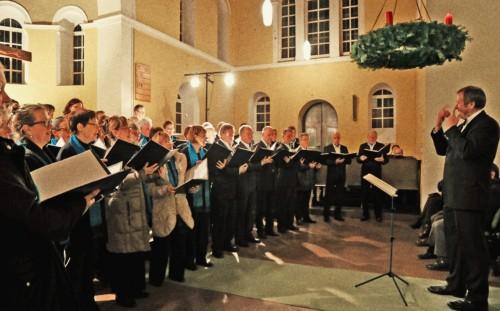 Chor und Chorleiter in Aktion.