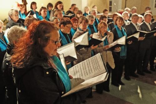 Chor singt.