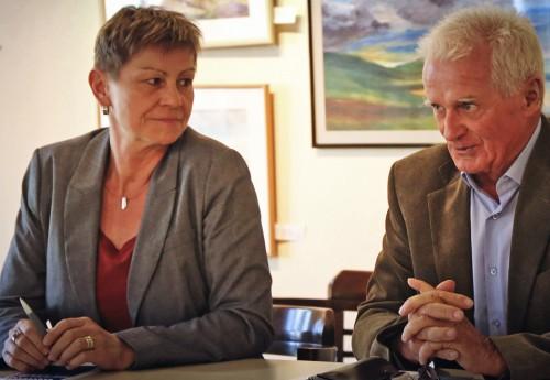 Das Podium, besetzt mit Elke Breitenbach (56) der Senatorin für Integration, Arbeit und Soziales von der LINKEN
