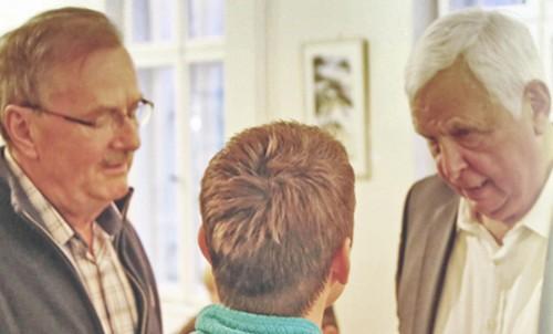 Heiner Bremer nach der Diskussion im Gespräch mit Gästen des Vortrags.