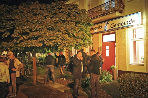 Der Treffpunkt nin französisch Buchholz interessierte Wähler sammeln sich vor der Wahlarena.
