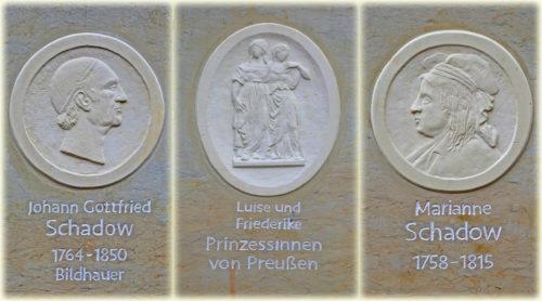 Kartuschen Schadow-Stele: 1. Johann Gottfried Schadow, 2. Luise und Friederike Prinzessinnen von Preußen und 3. Marianne Schadow