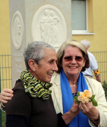 v. L. Bildhauherin Liz Mields-Kratochwil und Anne Schäfer Junker