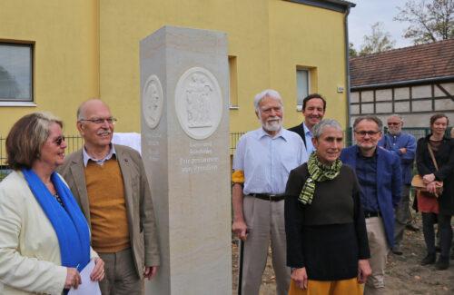 Gruppenfoto vor Schadow Stele in Französisch Buchholz